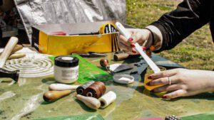 革細工のワークショップをしている女性ツクリテラボ